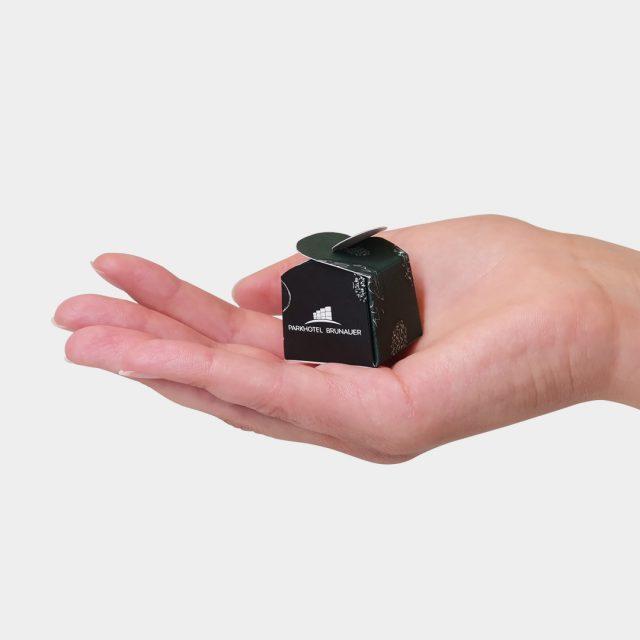 Parkhotel Brunauer Energiebällchen Packaging in Hand